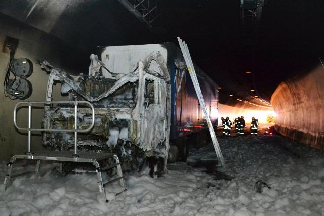 die Zugmaschine brannte vollständig aus