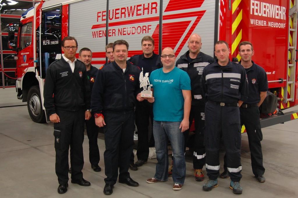 Kommandant Thomas Rauch überreicht an den Wiener Neudorfer Feuerwehrkommandanten als Gastgeschenk eine Florianistatue
