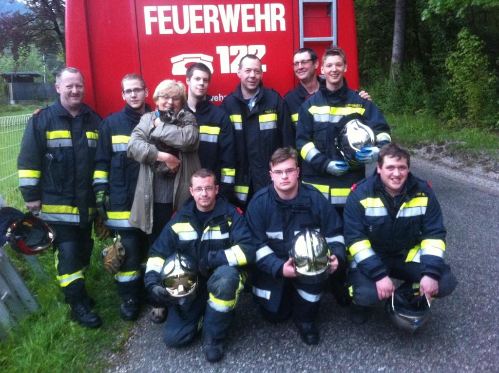 """Die Einsatzmannschaft der Feuerwehr Gloggnitz mit der glücklichen Katzenbesitzerin Fr. Bacher und """"Mädi"""""""