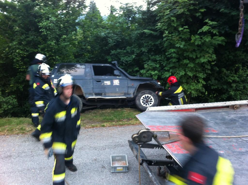 PKW touchierte Feuerwehrauto und landete im Strassengraben
