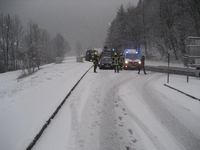 zwei beschädigte Fahrzeuge eine verletzte Person